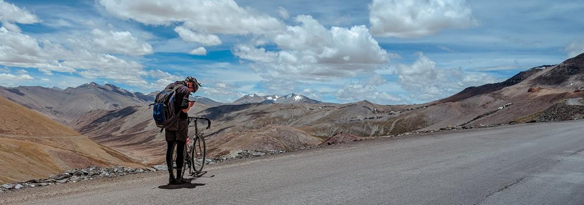 Homme en séjour gravel bike